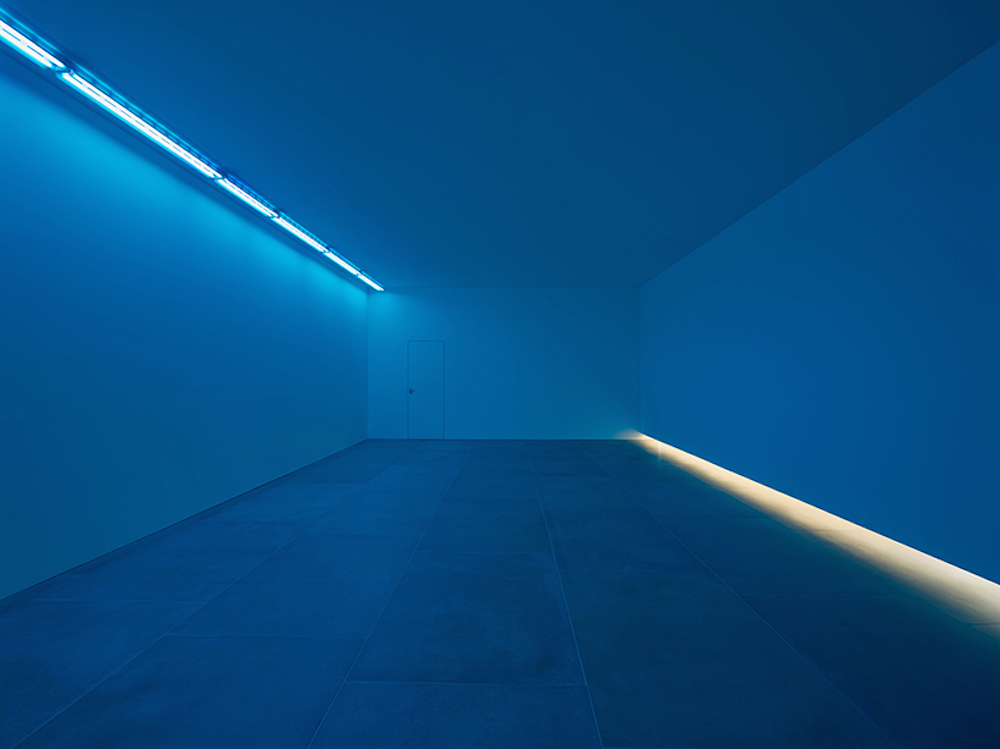 bruce-nauman-blue-light-room-blain-southern_03