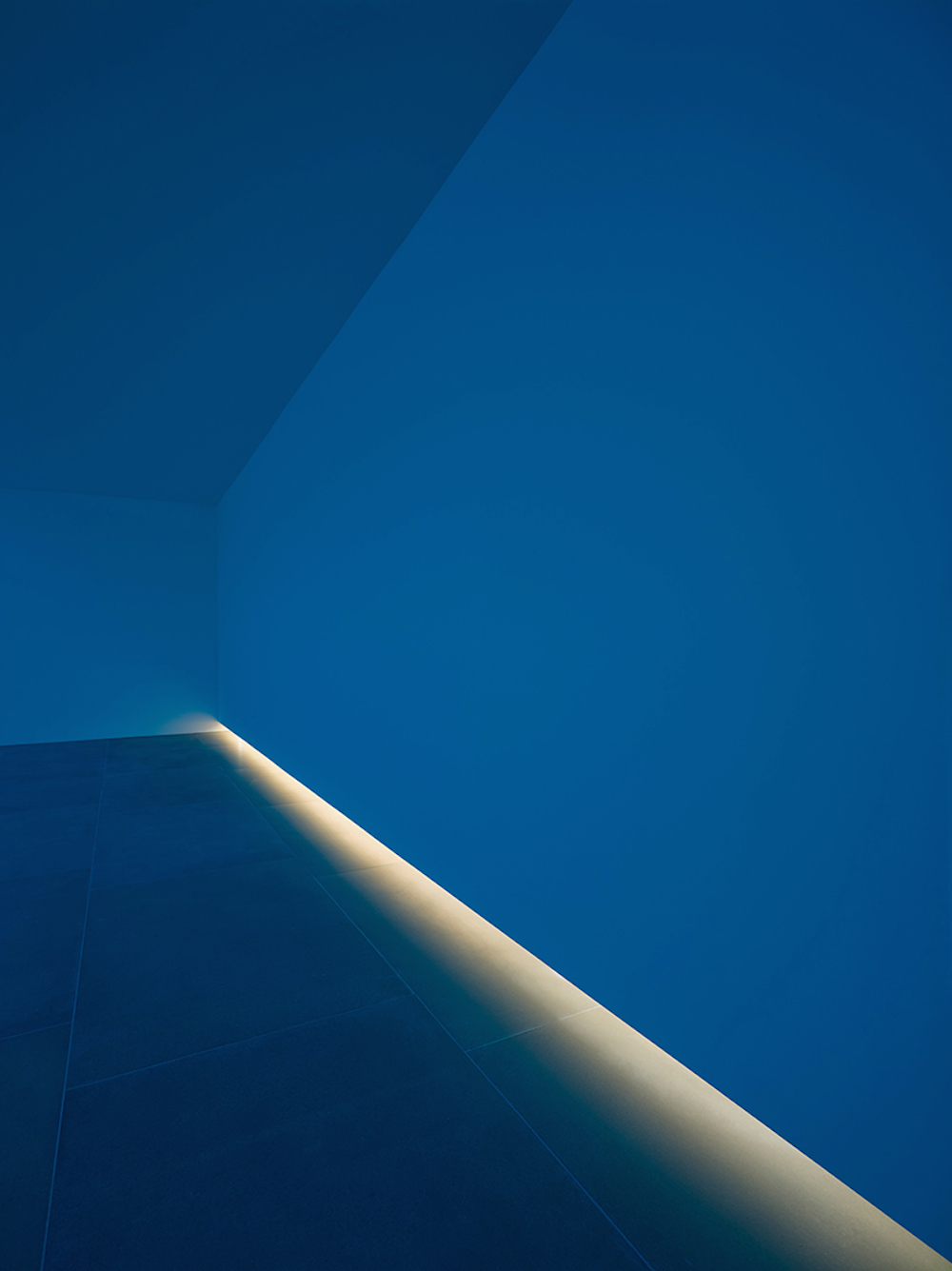 bruce-nauman-blue-light-room-blain-southern_04